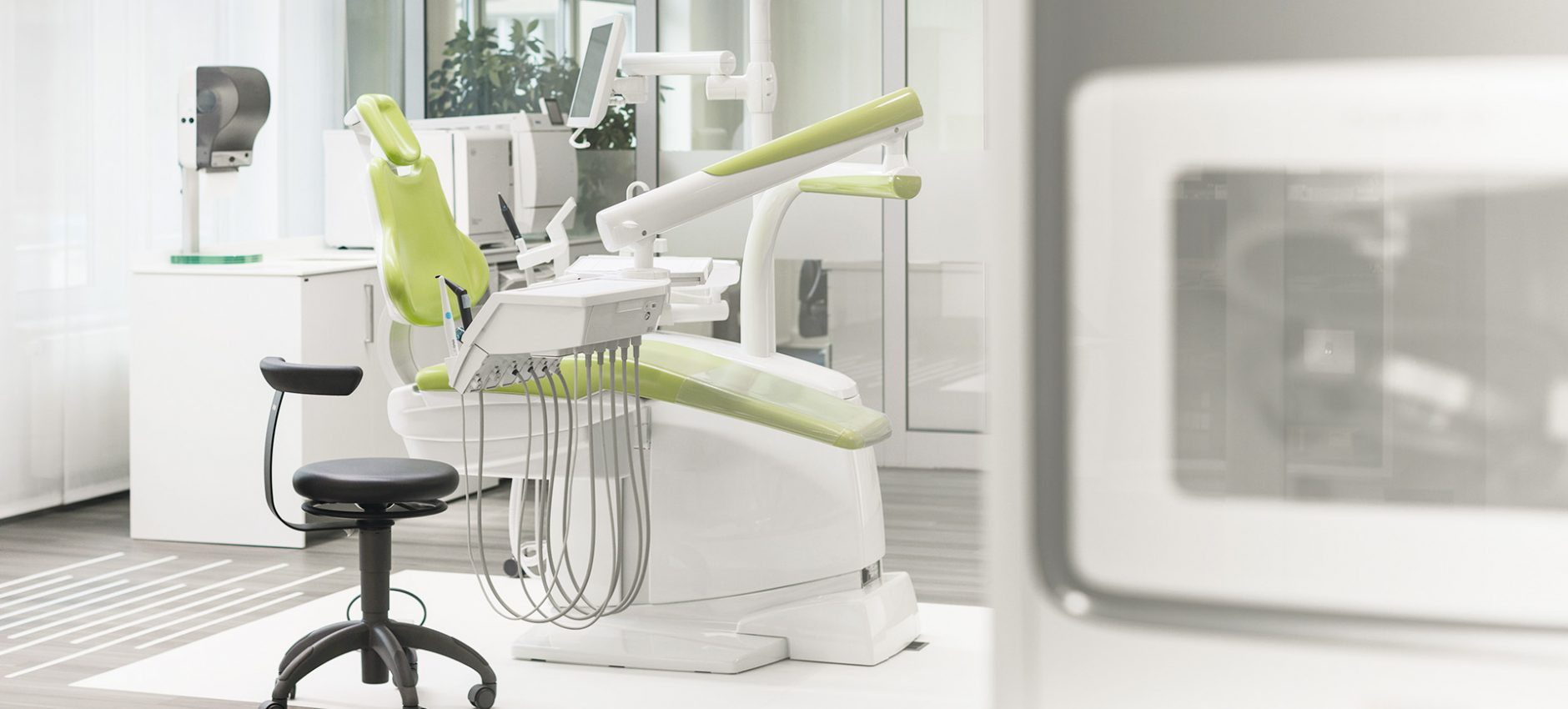 0015_GERL_DentalShowroom_Zaehne_BehandlungStuhl_1920x1000_72dpi.jpg